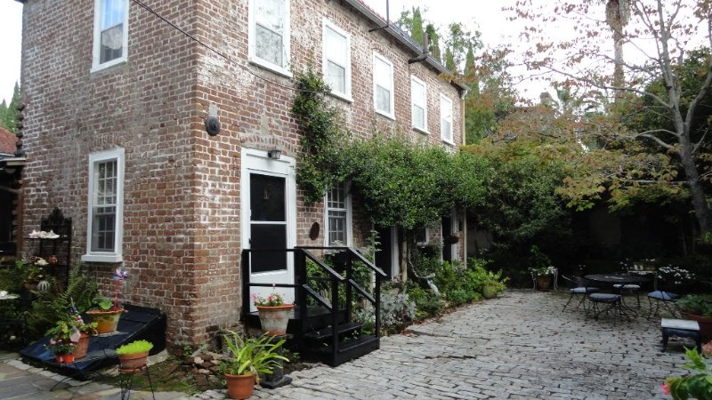 2 Bedroom Cottage in the center of town! Free Parking and Private Courtyard!, vacation rental in Charleston