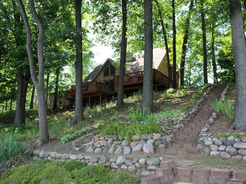 Lake House on a 4 Acre Wooded Lot With Hot Tub!, alquiler de vacaciones en Allegan County