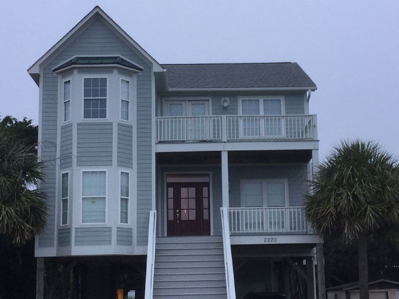 BEAUTIFUL BEACH HOME - STEPS TO THE BEACH, location de vacances à Oak Island
