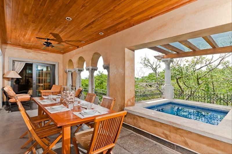 GREAT VALUE- Large Penthouse Villa - Steps to the Beach -Private Dipping pool, alquiler de vacaciones en Tamarindo