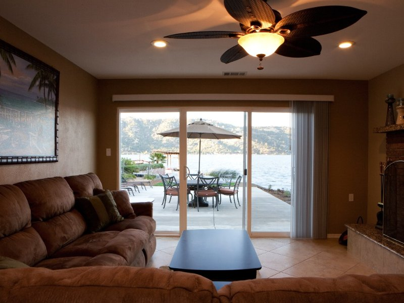 Lakefront Remodeled Home Directly On The Water In Paradise Cove - #1 In Reviews – semesterbostad i Lucerne