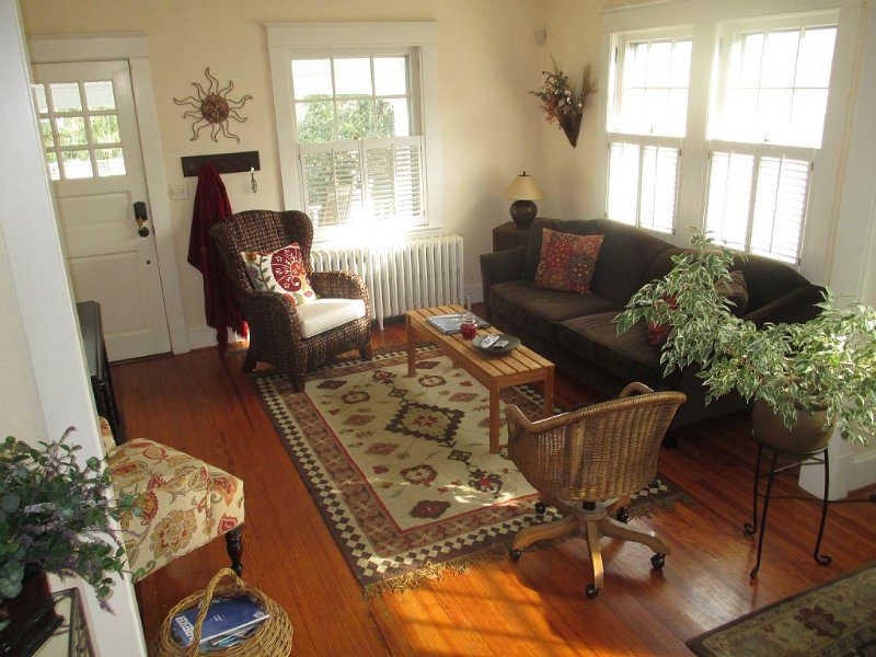 Beautiful Annapolis Getaway - Walk Everywhere, Parking & Private Backyard!, holiday rental in Davidsonville