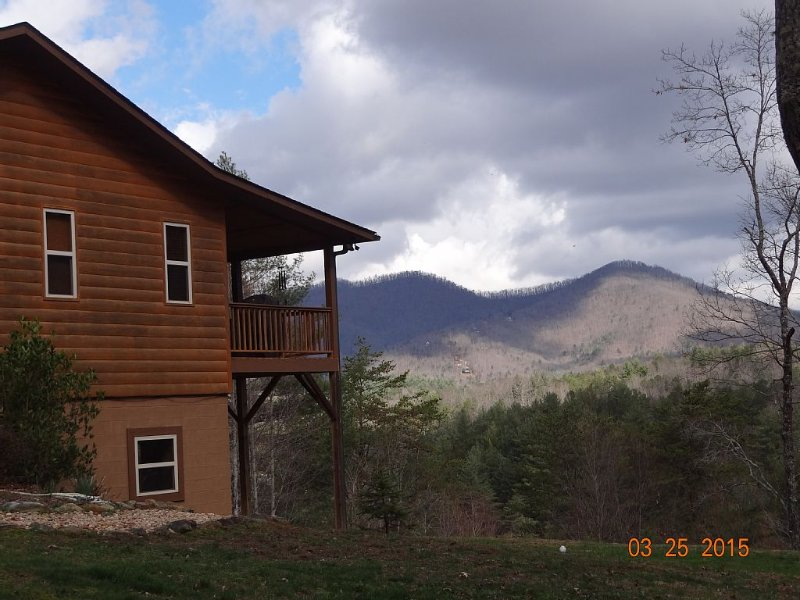 Mountain View Cabin/ Family Friendly, Hot Tub, Wifi, Large Entertainment Room, vacation rental in Murphy
