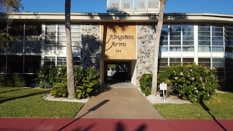 Awesome location, St Armand's condo close to beach and shopping, holiday rental in Sarasota