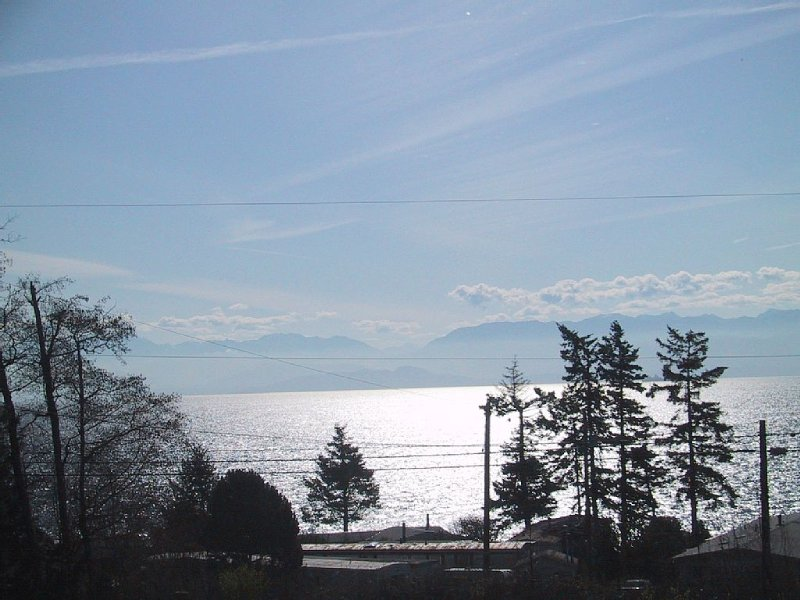 Bright South Facing Home Looking Across Juan De Fuca Strait To The Olympics Mntn, vacation rental in Sooke