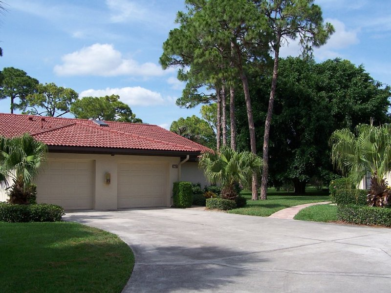 Weekly rentals!  Comfortable 2 bdrm/2 Bath Villa - just minutes from Beaches, vacation rental in Gulf Gate Branch