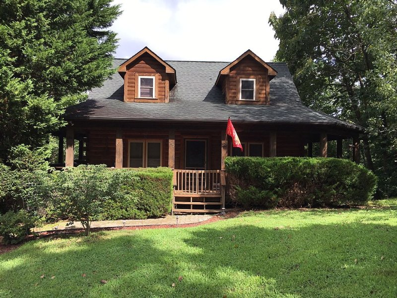 Private Cabin w/Views, Fenced Yard, Gameroom ,WIFI, Fireplace ,5 Minutes to Lake – semesterbostad i Lake Lure