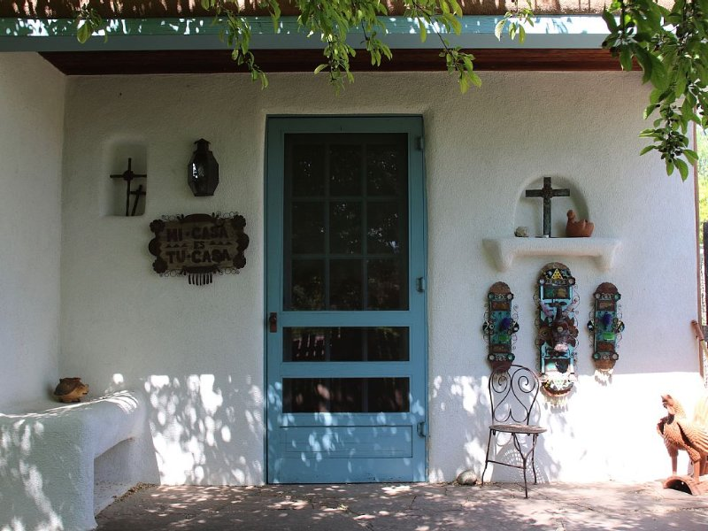 Folk House - Charming Folk Art Inspired Guest House On Beautiful Tesuque Estate, alquiler de vacaciones en Tesuque