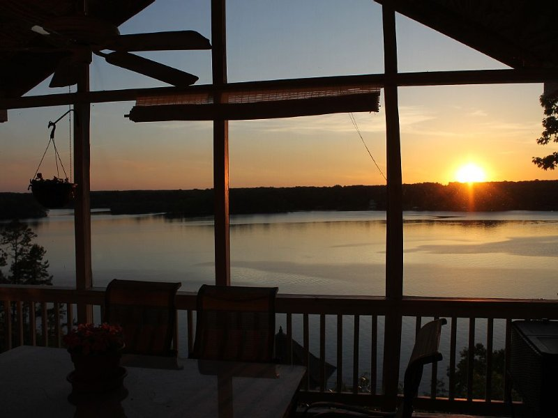 Beautiful 6 Bedroom Home with Expansive Main Lake Views with Incredible Sunsets, holiday rental in Vaughan