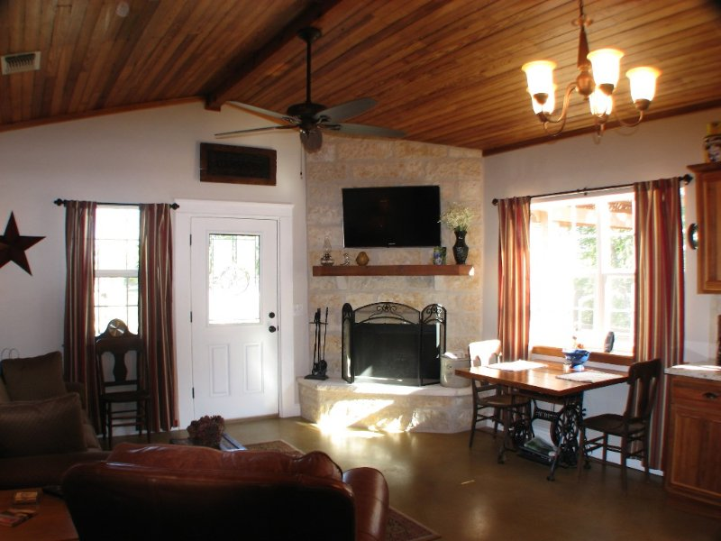 Creekside Barn Located On Bear Creek Just Minutes From Fredericksburg, alquiler de vacaciones en Fredericksburg