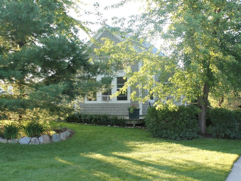 Charming Horse Farm Country Cottage on  Rolling Hills, holiday rental in Suttons Bay