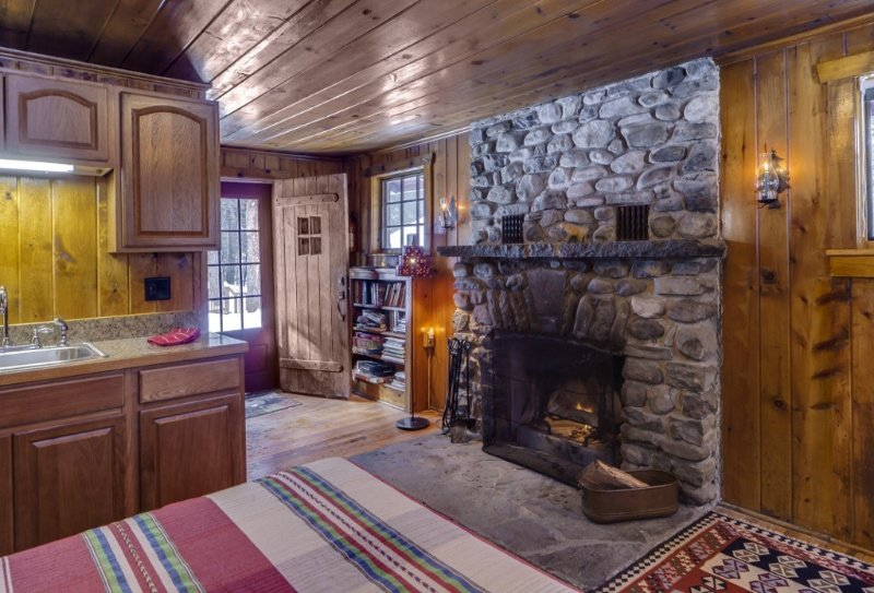 Isolated Knotty Pine Charming Cabin w/Stone Fireplace on 575 Acre Preserve, casa vacanza a Port Jervis