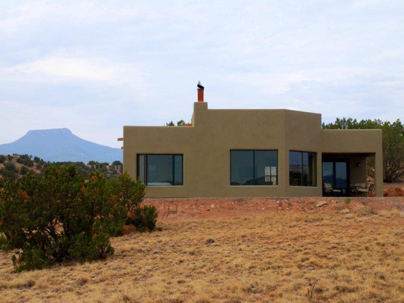 Beautiful Adobe Overlooking Ghost Ranch And Abiquiu Lake, location de vacances à El Rito