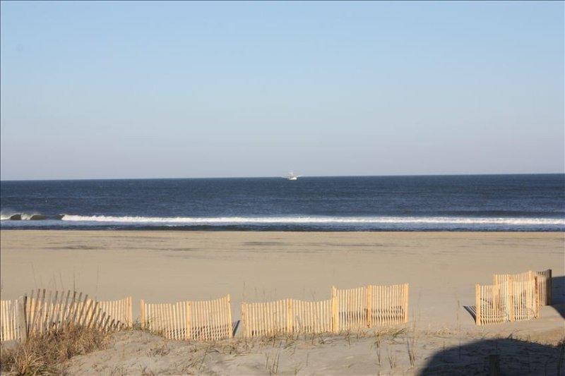 Spectacular Oceanfront View!, W/ Semi-Private Beach Access, alquiler de vacaciones en Nags Head