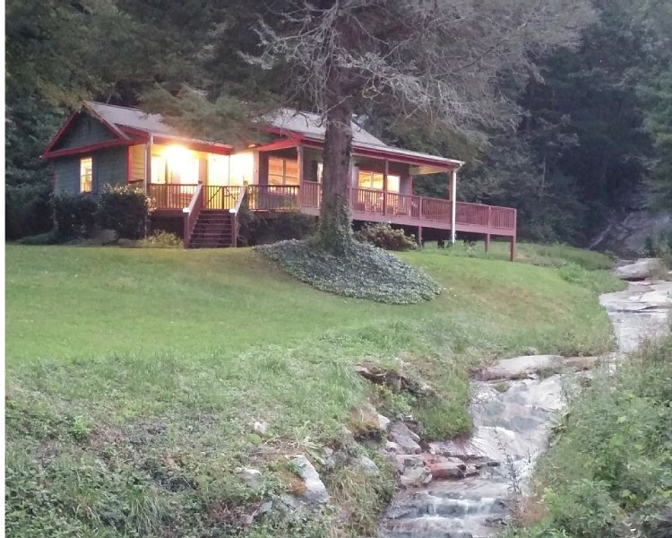 Lodge at Slick Rock Falls, Hot Tub, Fire Pit Waterfall, Fenced Yard WiFi Pets OK, Ferienwohnung in Hendersonville