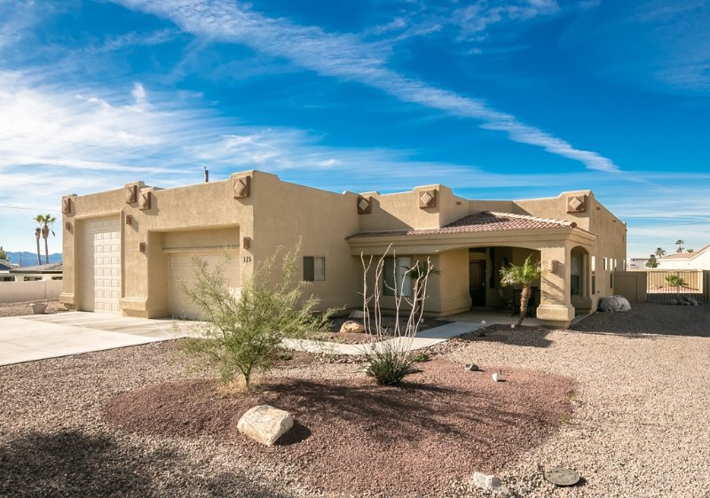 5 Bedroom Luxury Pool Home Located Minutes From The Lake And Launch Ramps!, location de vacances à Ville de Lake Havasu