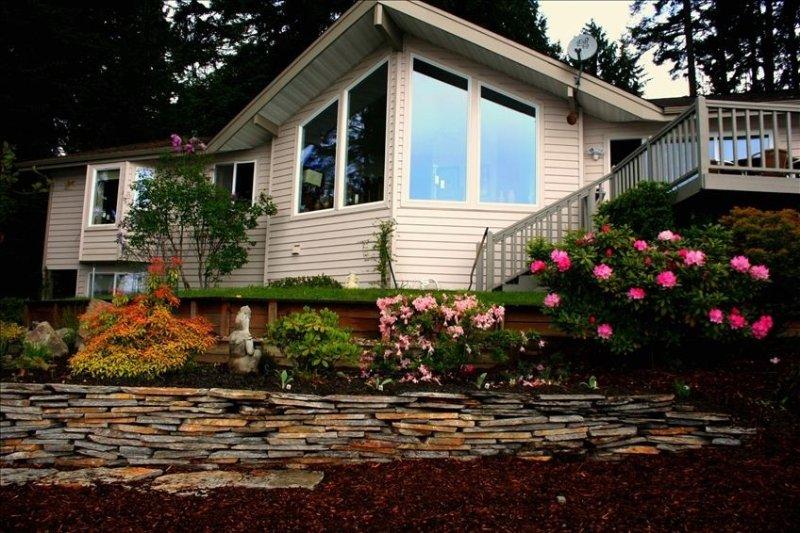 Puget Sound Beach House - Gorgeous Waterfront, Views - Beach Access, location de vacances à Shelton