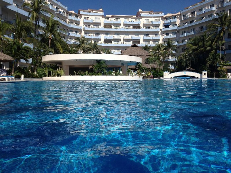 A centrally located beach front oasis with the best pool in town!, holiday rental in Manzanillo