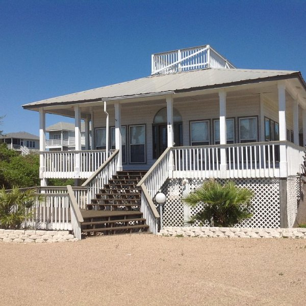 3bd/2bth 2nd tier home with private heated pool 1-1/2 blocks from beach., location de vacances à St. George Island