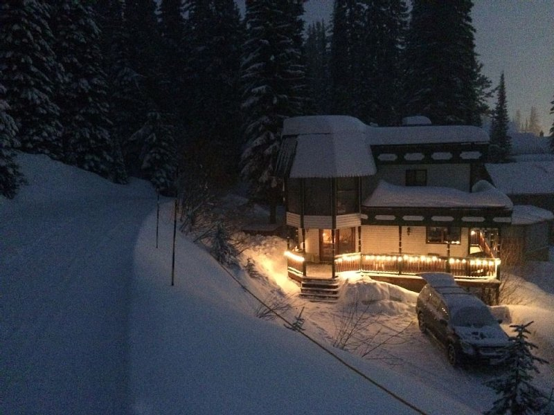 9-11 Person stand-alone Ski Chalet with Ski in/Ski out for Nordic and Alpine, holiday rental in Silver Star