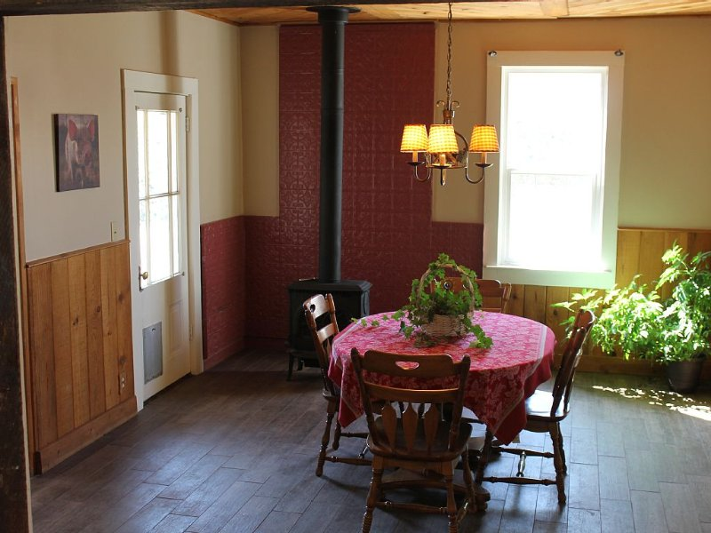 Charming Farmhouse Close To Downtown Grass Valley, vacation rental in Grass Valley