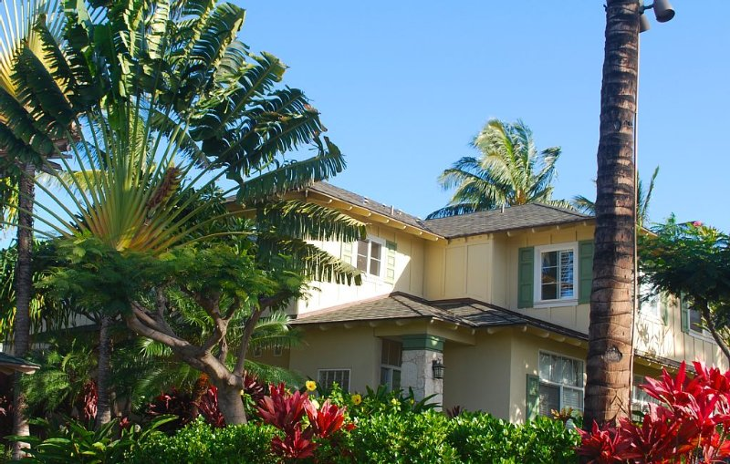 Beachfront  2 BR/2BA Condo with Garden and Golf Course Views, location de vacances à Kapolei