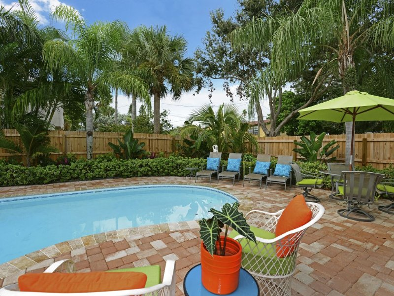 Tropical Getaway...Private Pool...Steps to the Beach, vacation rental in Indian Rocks Beach