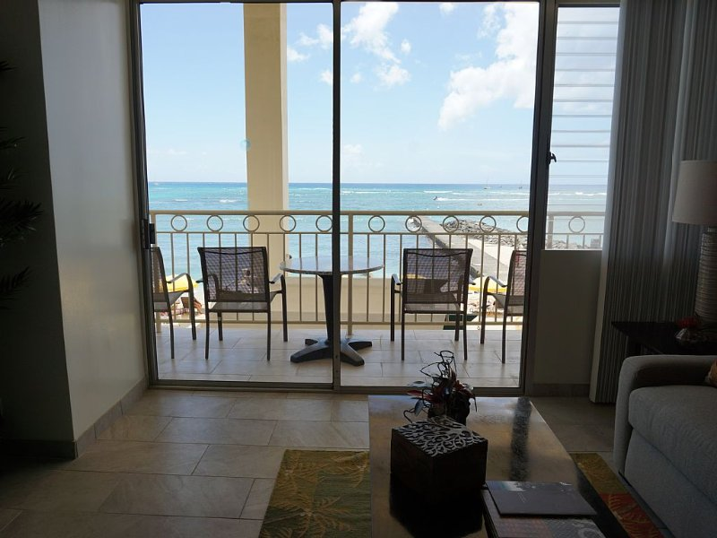 1BR/2BA Direct Oceanfront/Beachfront Waikiki!  Sleeps 4. Parking Incl, vacation rental in Honolulu