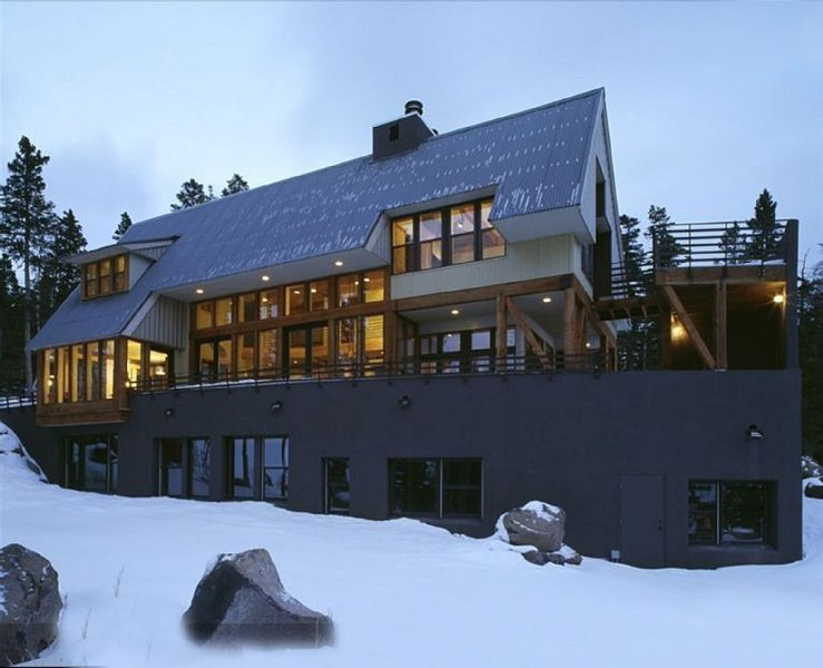 Ski-in/out at this Luxury Modern Chalet with breathtaking Wheeler Peak views!, vacation rental in Angel Fire