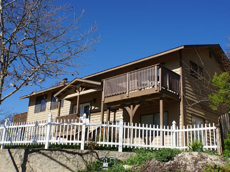 Just Blocks To Downtown & A Short Drive To Breathtaking Wineries!, casa vacanza a Paso Robles