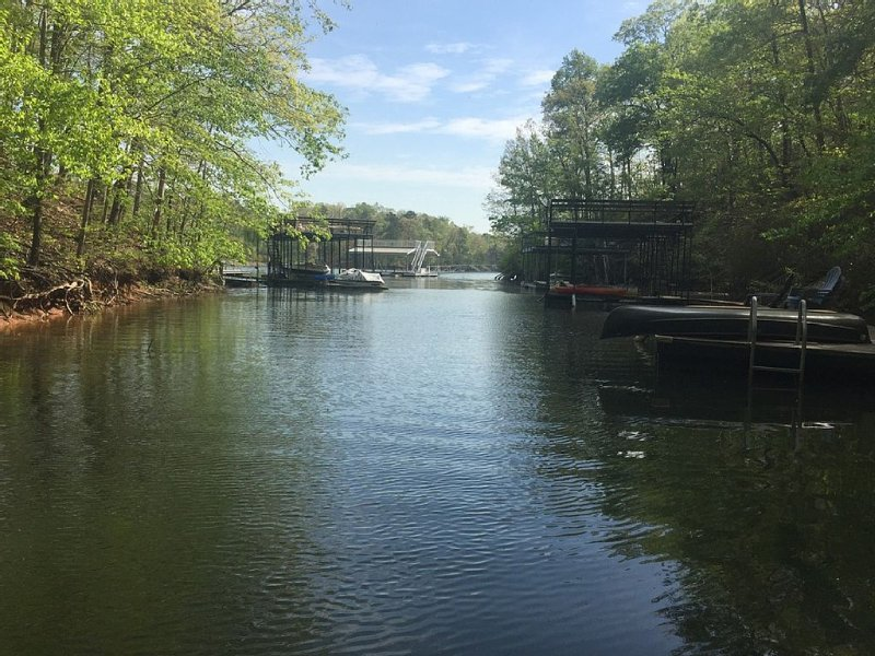 Hidden Gem Cabin on Lake Lanier with dock in beautiful North Georgia Mountains, holiday rental in Dawsonville