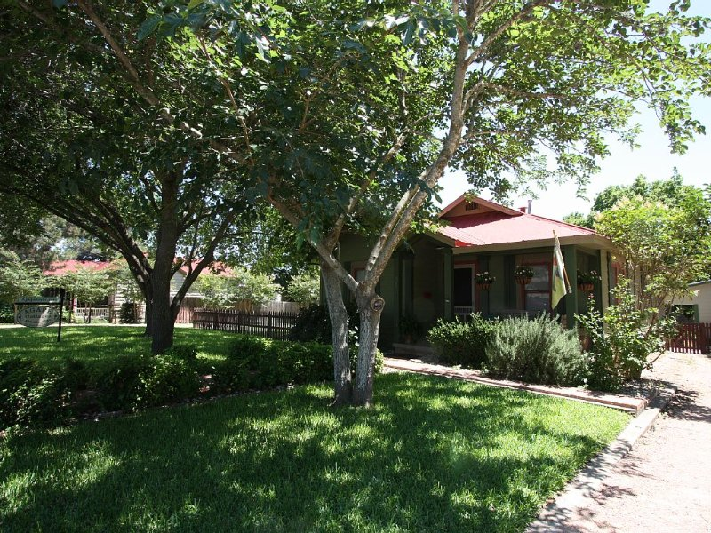 Luxury Cottage, Sleeps 2-4 (Property Can Sleep Up To 14, One block off main St.), alquiler vacacional en Luckenbach