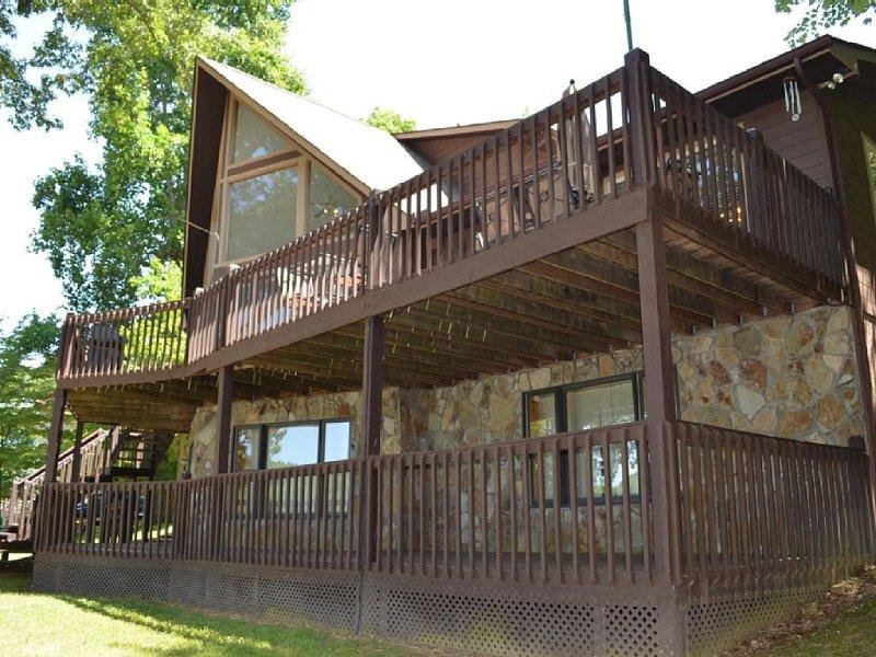 'Happy Days' Lakefront House On Norris Lake In Deerfield Resort, Sleeps 14, vacation rental in La Follette