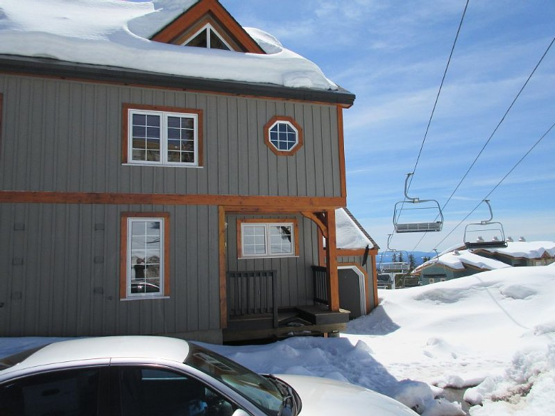 Upscale Townhouse At Village Center With Ski In / Out Access., holiday rental in Big White
