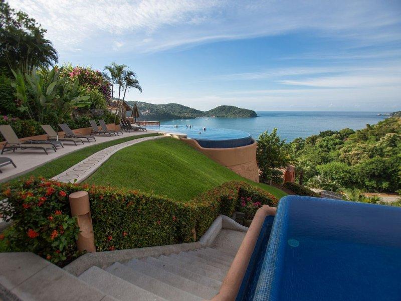 Romantic retreat. Terrace. Views. Casa que Ve al Mar. La Ropa., holiday rental in Zihuatanejo