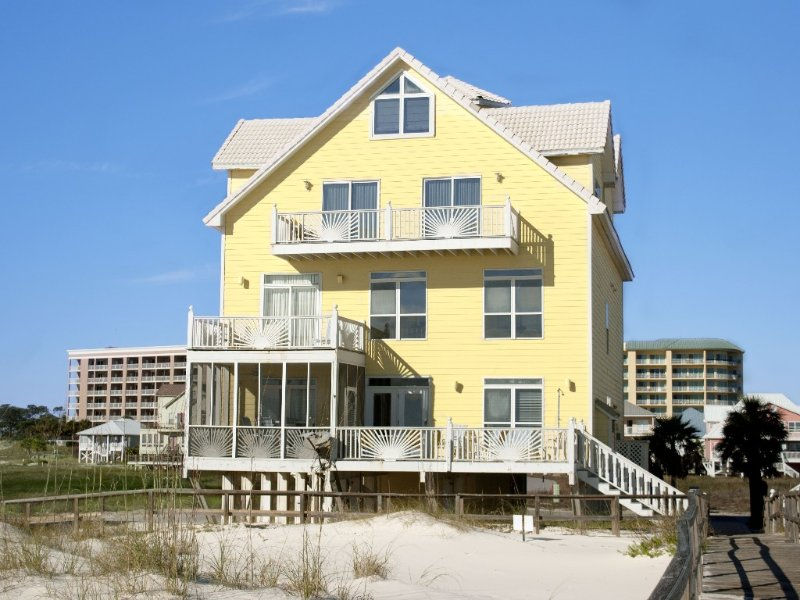 Large, Gulf- Front Beach House With Community Pool, alquiler de vacaciones en Fort Morgan
