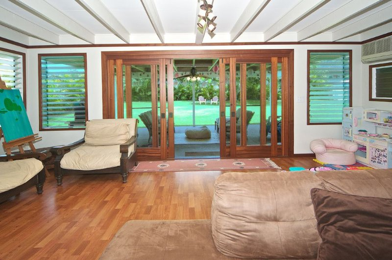 Beautiful Island Beach Home, Steps To Beach. Make memories!, holiday rental in Waimanalo