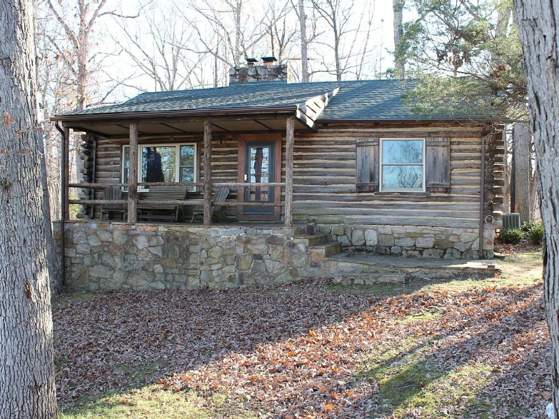 Rustic Mountain Log Cabin Perched on a cliff side above the Shenandoah River, holiday rental in Bentonville