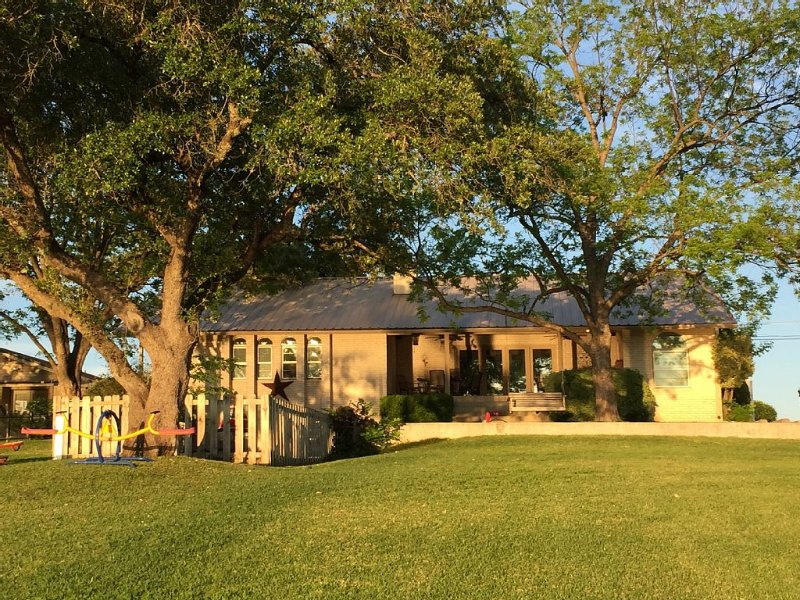 Beautifully Quiet and Secluded Home on Lake LBJ, holiday rental in Kingsland