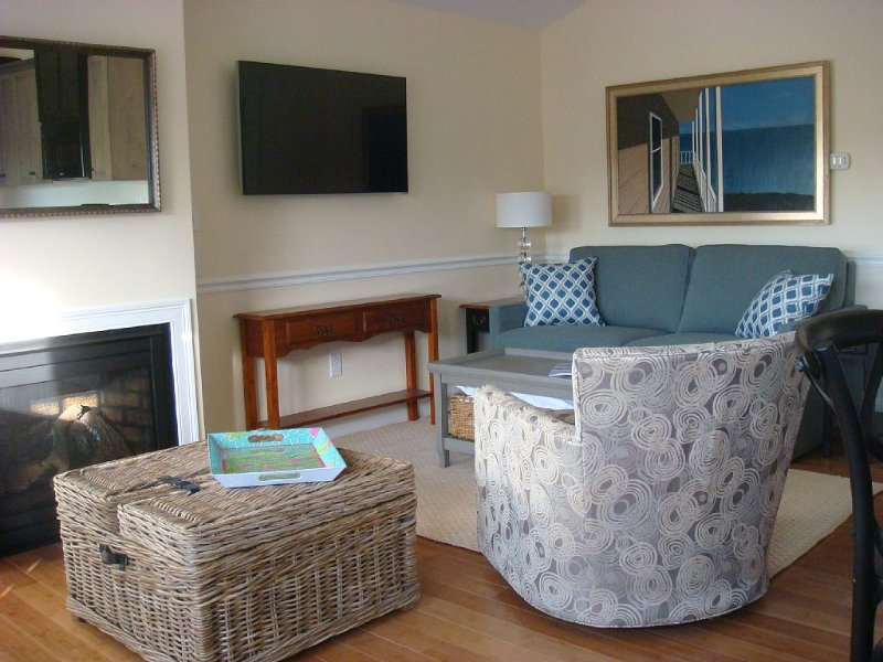NEW LUXURY ONE-BEDROOM CONDO,  SLEEPS 4; WITH PRIVATE BALCONY AND WATER VIEWS, holiday rental in Kennebunk