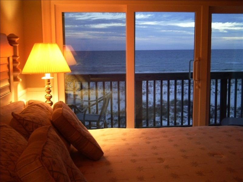 Beach Retreat with charm+ Upgraded and on the beach with amazing views, holiday rental in Perdido Key