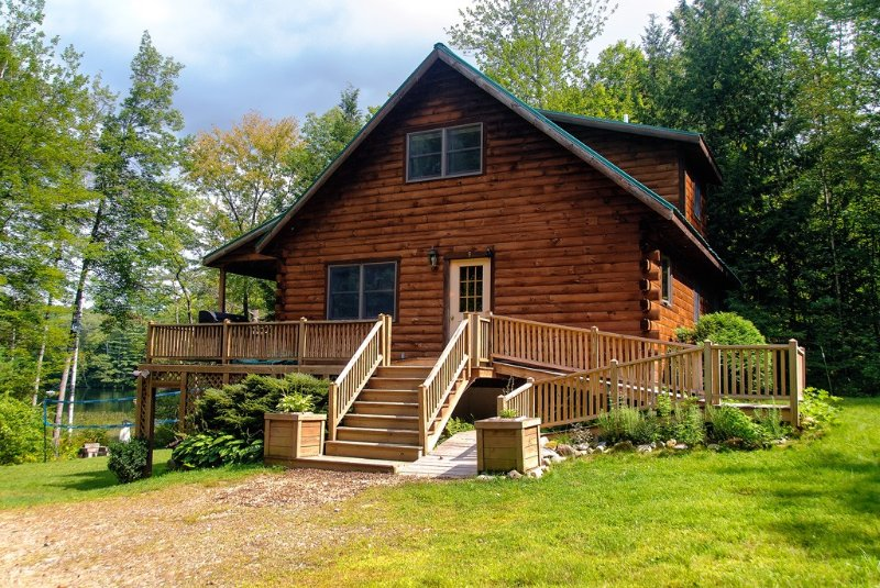Maine lakeside log cabin, 3 bed, 2bath, cap. 8, hot tub, boats, dock, swim raft, vacation rental in Farmington