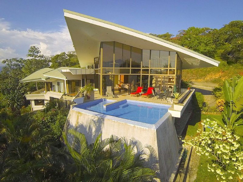 4 Bedroom Modern Tropical Home, Ocean Views w/ 2 pools, Sleeps 8-10, vacation rental in Quepos