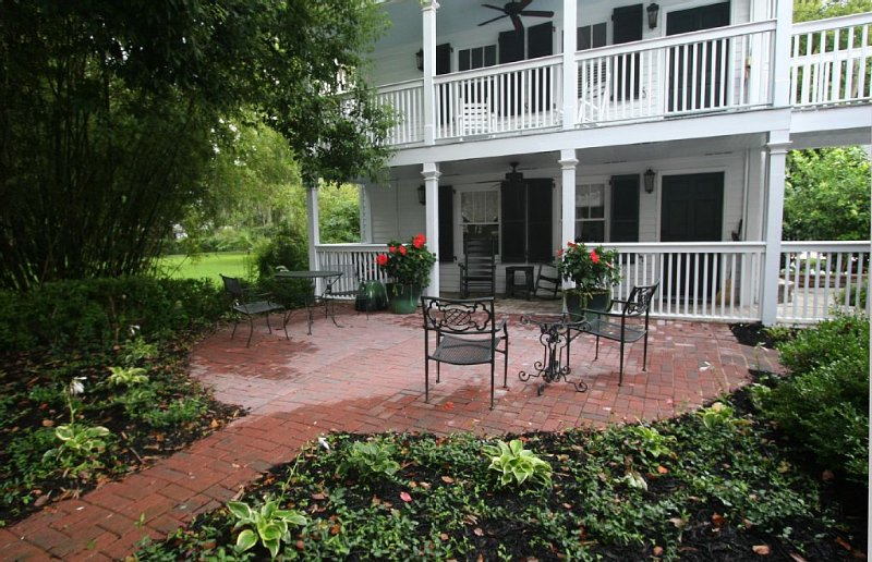 Carriage House under Live Oaks In Historic Downtown Beaufort with Patio Garden, location de vacances à Lady's Island