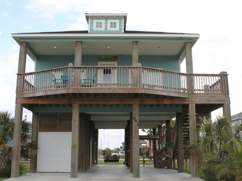 Beautifully Decorated Coastal Cottage - Sleeps 12, location de vacances à Crystal Beach