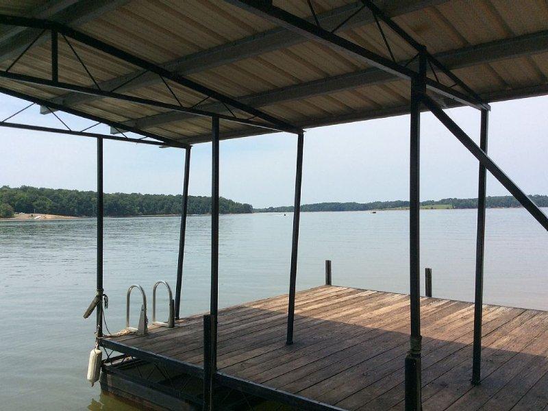 Lakefront Home, 6BR/4BA, Deep Water/Dock, Perfect for Multi-Family Stay, alquiler de vacaciones en Anderson