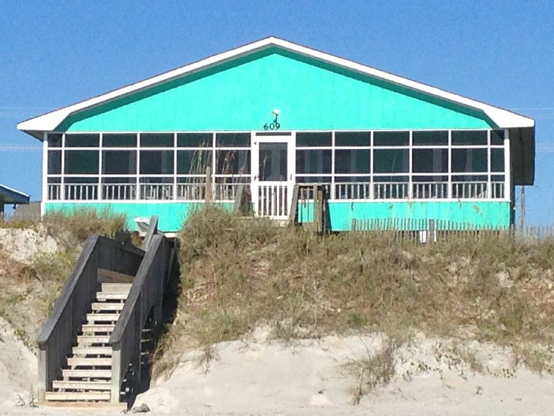 Pet Friendly 4 Br / 2 Ba Oceanfront In Topsail Beach With Screened Porch, location de vacances à Holly Ridge