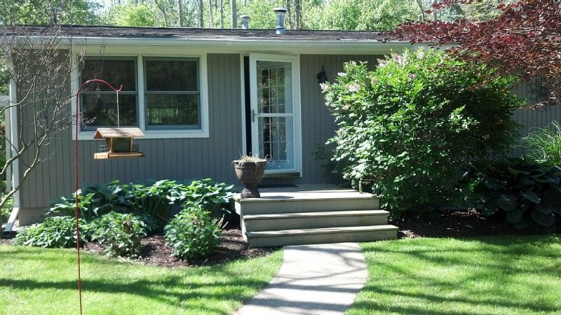 Walk To Beach - Cozy Douglas Cottage - Close To Downtown Saugatuck, vacation rental in Saugatuck
