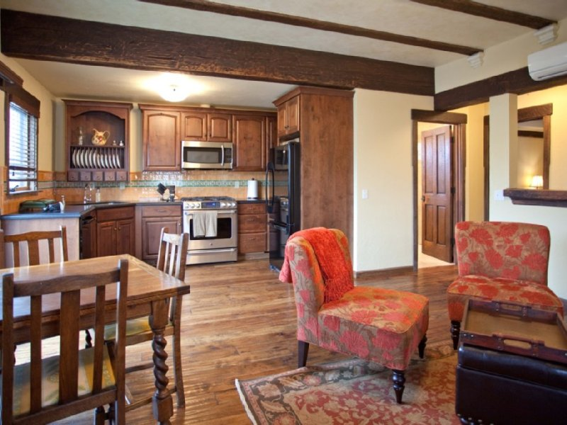 Elegant Escape In The Heart of Sonoma 2 blocks from the Sonoma Plaza, from $229., vacation rental in Sonoma