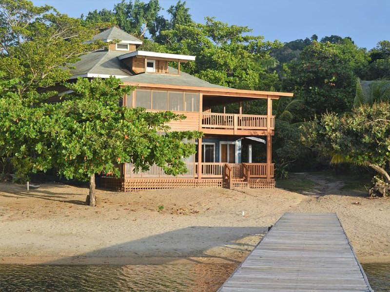 Beachfront, Affordable, Upscale Caribbean Vacation. As seen on HGTV. – semesterbostad i Sandy Bay